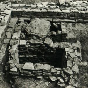 Cliché de l'installation Selongey 001 et des restes de couverture du canal.